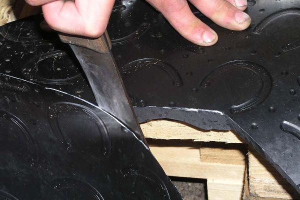 BELMONDO Pferdestallmatten aus Gummi schneiden - ganz einfach z.B. mit einem großen Küchenmesser