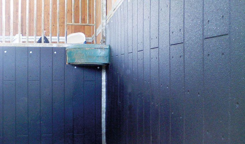 BELMONDO Rodeo Schlagschutzmatte aus Gummi für die Boxenwand in der Pferdebox