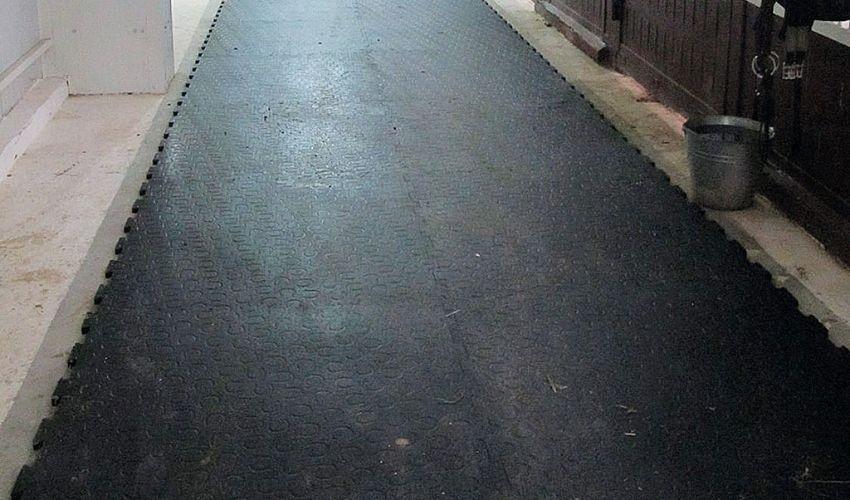 BELMONDO Walkway Pferdematte aus Gummi in der Stallgasse