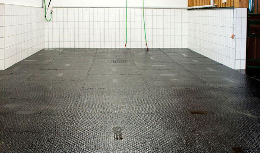 BELMONDO Paddock trittsicherer Pferdestallboden aus Gummi im Waschplatz im Pferdestall