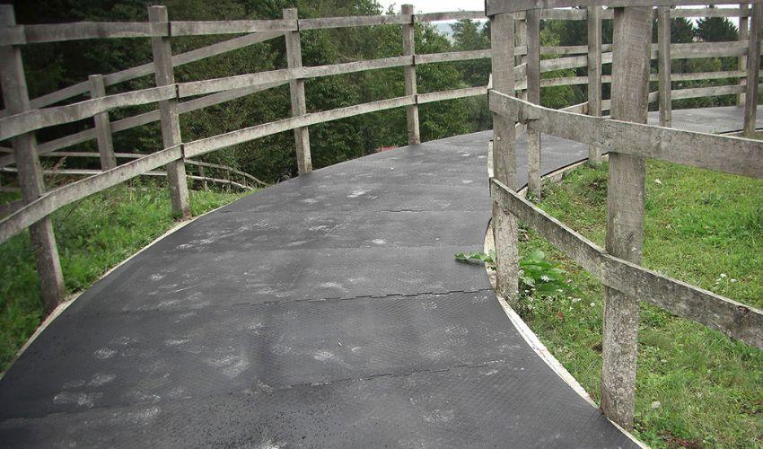 BELMONDO Horsewalker passgenau gefertigter Gummibodenbelag in der Pferde-Führanlage