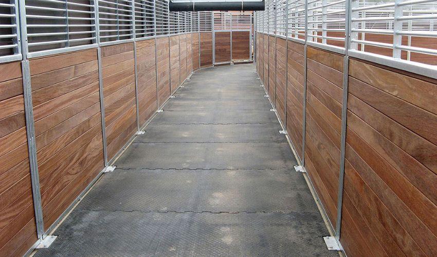 maßgefertigtes und rutschsicheres BELMONDO Horsewalker Bodensystem aus Gummi in der Pferde-Führanlage der Firma Kraft-Führanlagen