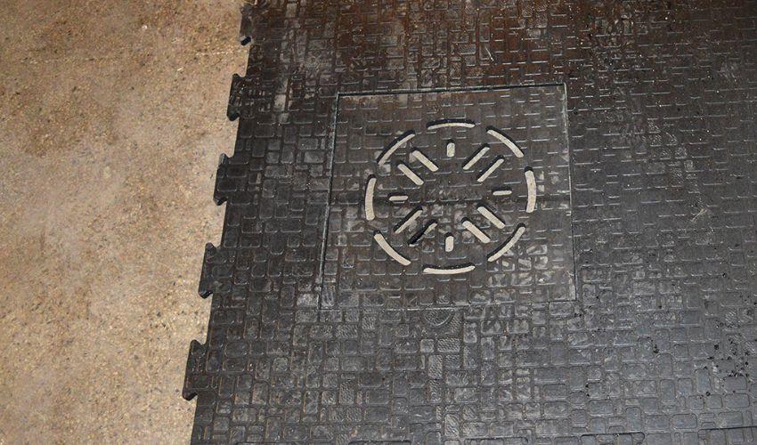 BELMONDO Gulli Gummimattenstück zum Einpassen auf Gullis im Pferdestall