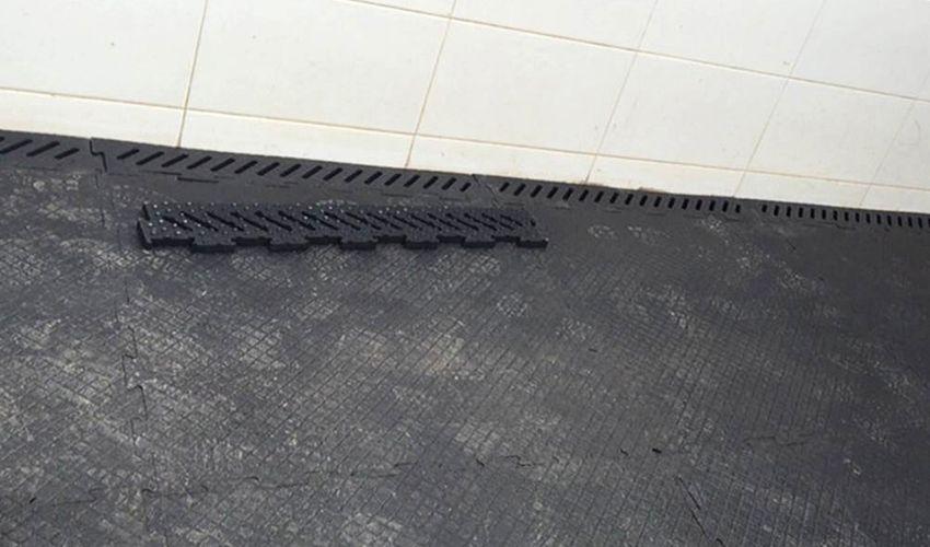 BELMONDO Abflussrinne Gummimattenstück zum Einpassen auf Paddock Stallmattensystem aus Gummi