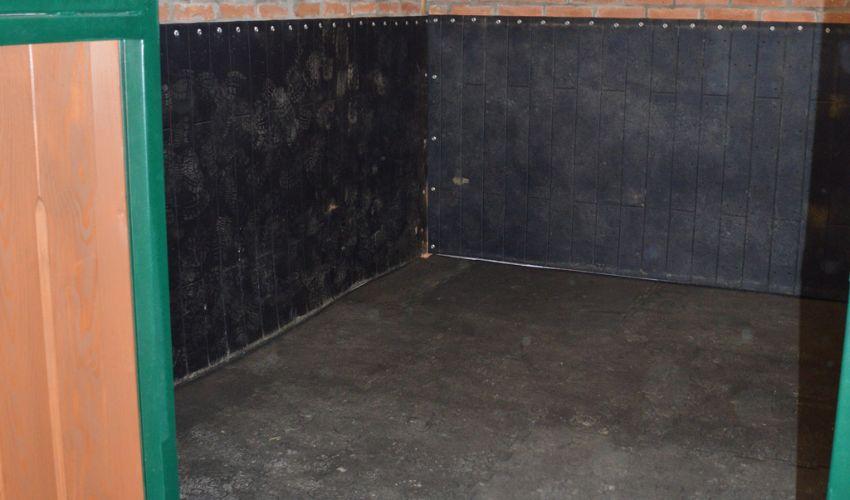 BELMONDO Rodeo Schlagschutzmatte aus Gummi für die Boxenwand im Pferdestall