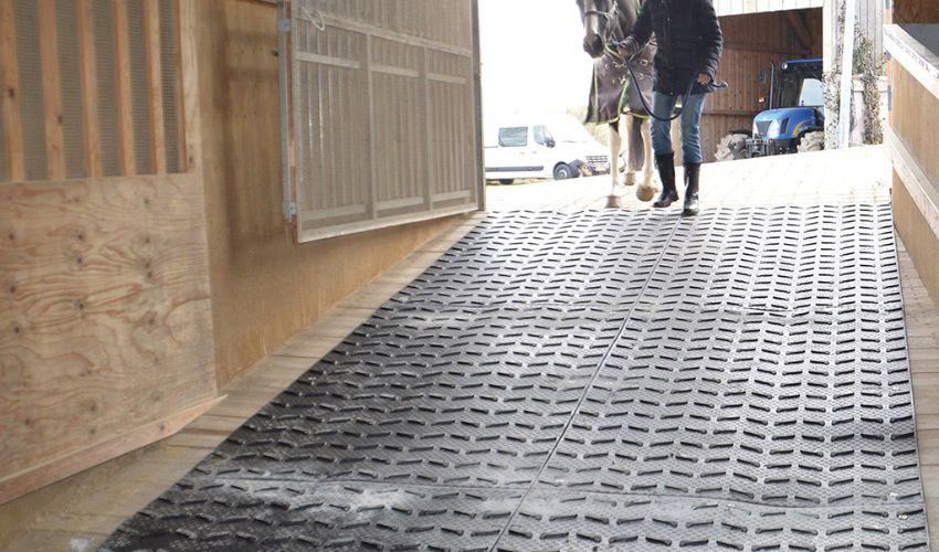 BELMONDO Step Pferde-Stallmatte aus Gummi für bessere Rutschsicherheit auf einem steilen Führweg im Pferdestall