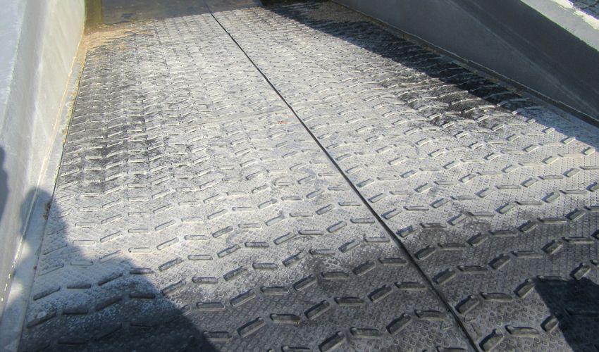 BELMONDO Step Pferde-Stallmatte aus Gummi für bessere Rutschsicherheit auf einem steilen Weg zur Pferdeschwemme