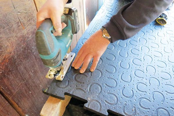 cutting BELMONDO rubber floorings for horses - e.g. with a jig saw