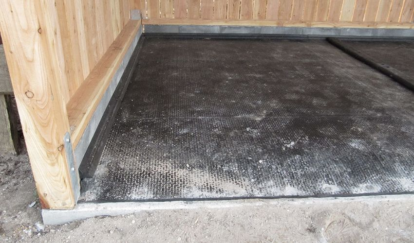 horses´ lying area with VITA Top covering strip on BELMONDO Kingsize Duo horse mat system