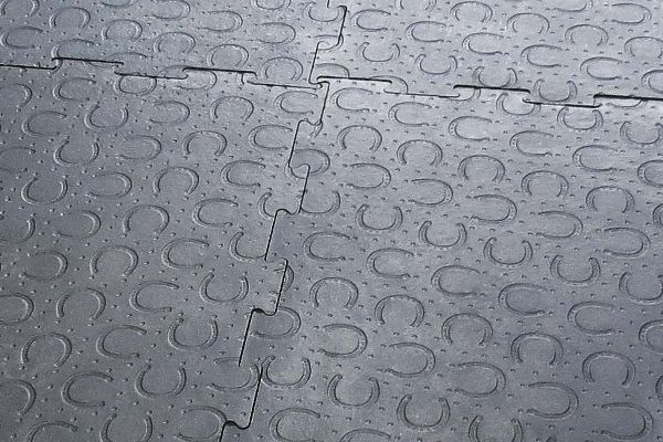 puzzle seam joining BELMONDO horse mats made of rubber